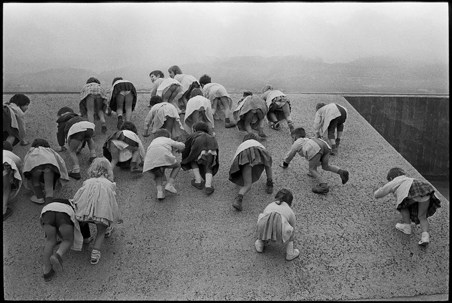"""LE CORBUSIER, painter, urbanist & architect. 1959. FRANCE. Provence-Alpes-Côte d'Azur region. City of Marseille. 1959.  """"Living unit"""" of the """"Cité radieuse"""", planned by the architect LE CORBUSIER. Children playing on the terrace."""